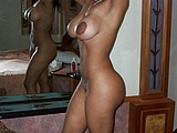 Busty Mature Woman nera completamente Nude in casa foto