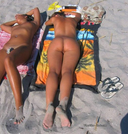 Naked Ass of Hot Lady at Public Beach Photos