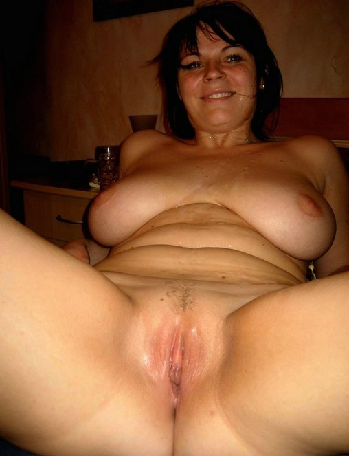 Shaved amateur mom nude