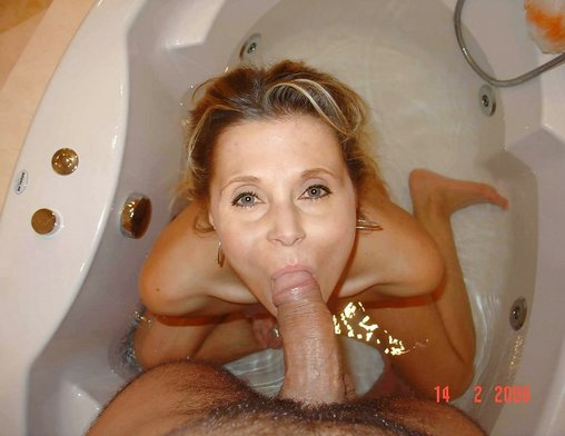 Las esposas maduras Caught Sucking Cock In Pictures baño