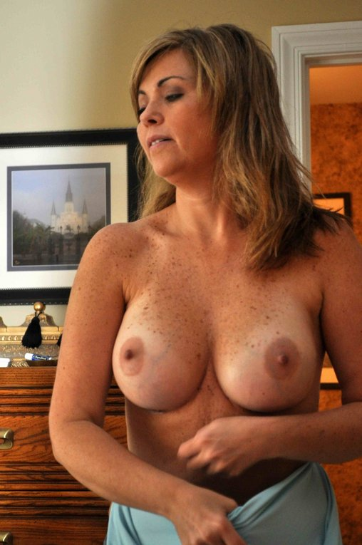 Naked Milf Pic Of American Woman Showing Topless Her Nice Tits