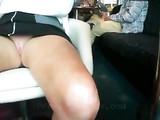 Kinky femme d'âge mûr Clignote sa chatte en public Café Bar